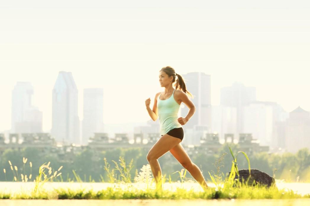 Kvinna springer i stad
