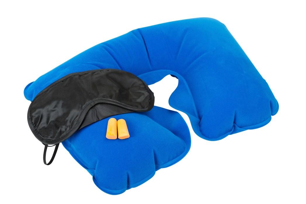 Man sover som en stock med hjälp av nackkudde