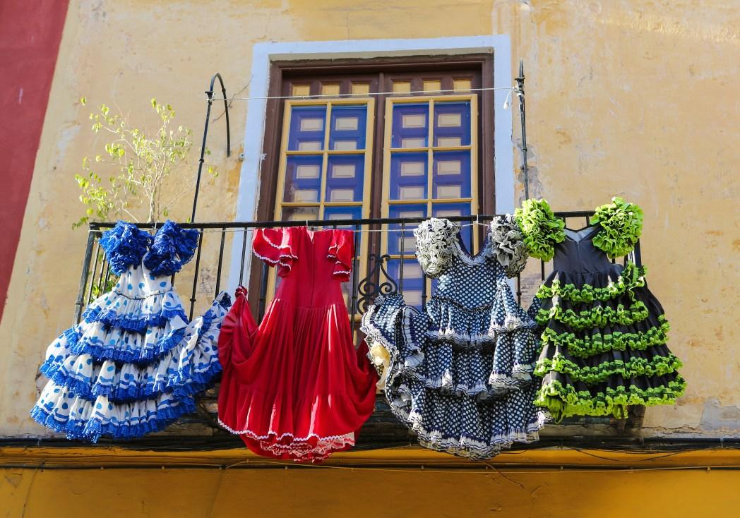 Flamenco-klänningar hängandes på balkong