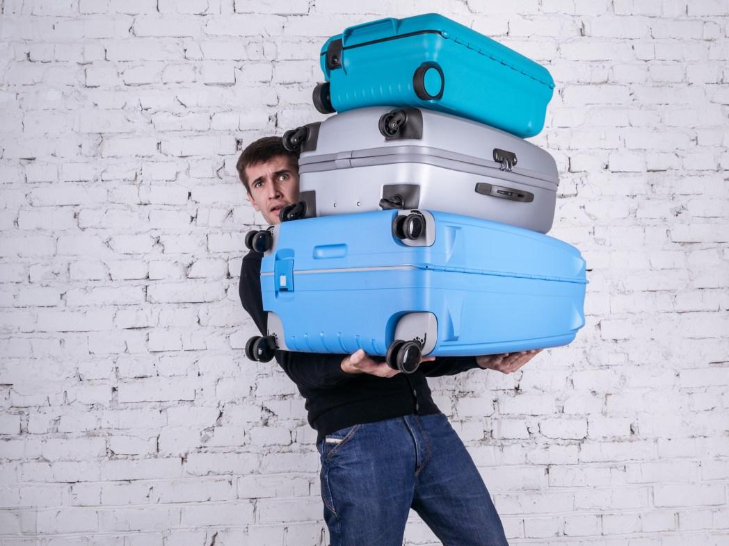 Man bär på tunga resväskor