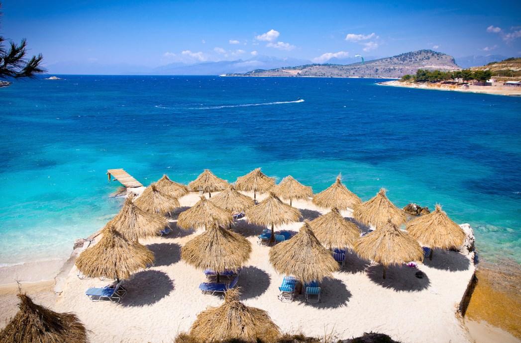 Vit sandstrand i Albanien