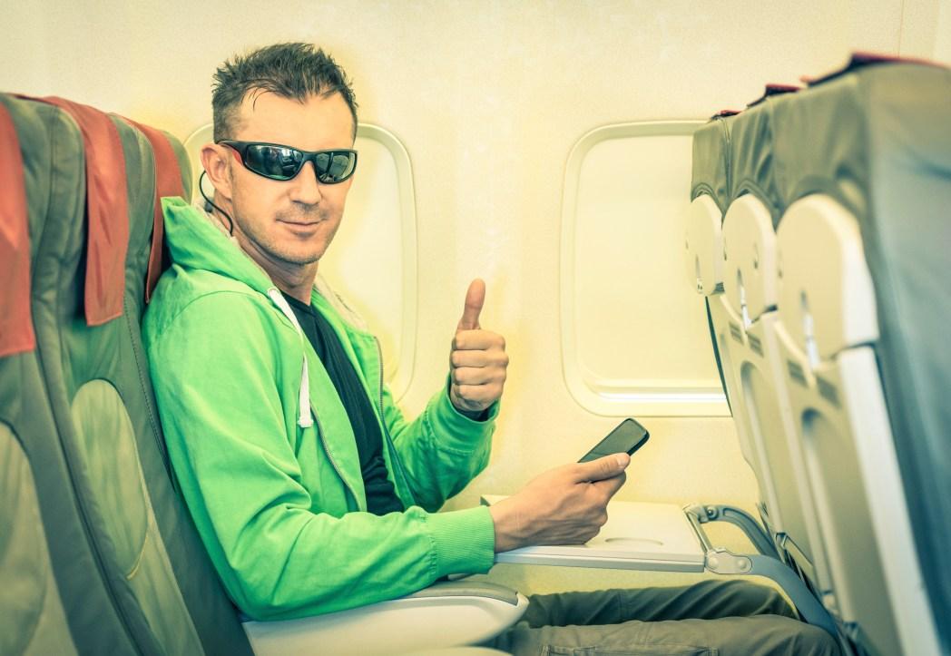 Man är varmt klädd ombord på flygplan