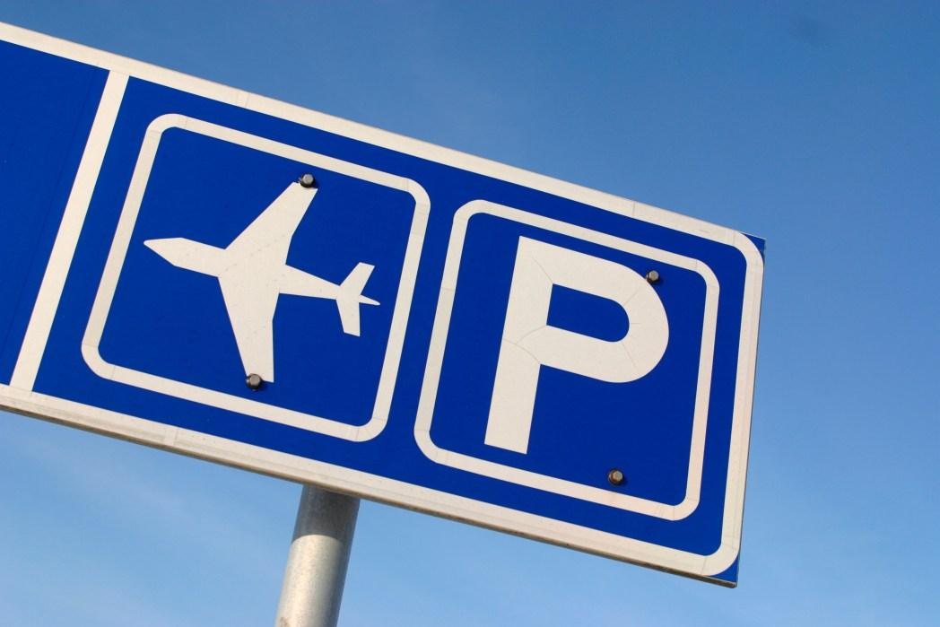 Skylt till flygplatsparkering