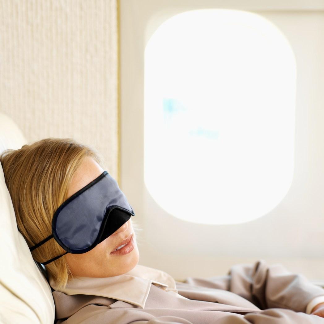 Kvinna sover gott ombord på plan