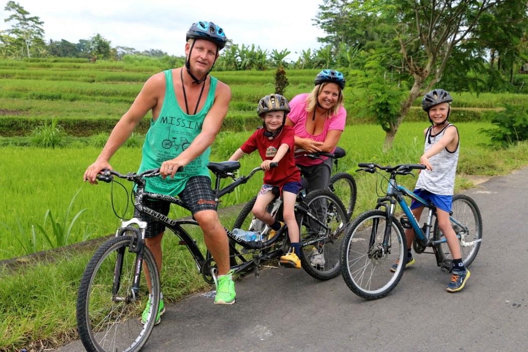 Familjen Thunberg cyklar genom Balis landsbygd